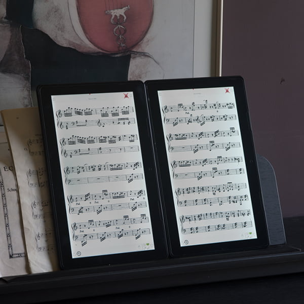 Scora Doble uses two Solo tablets to give you two pages of sheet music