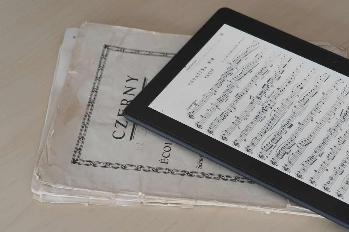 Scora-Solo-tablet-on-book