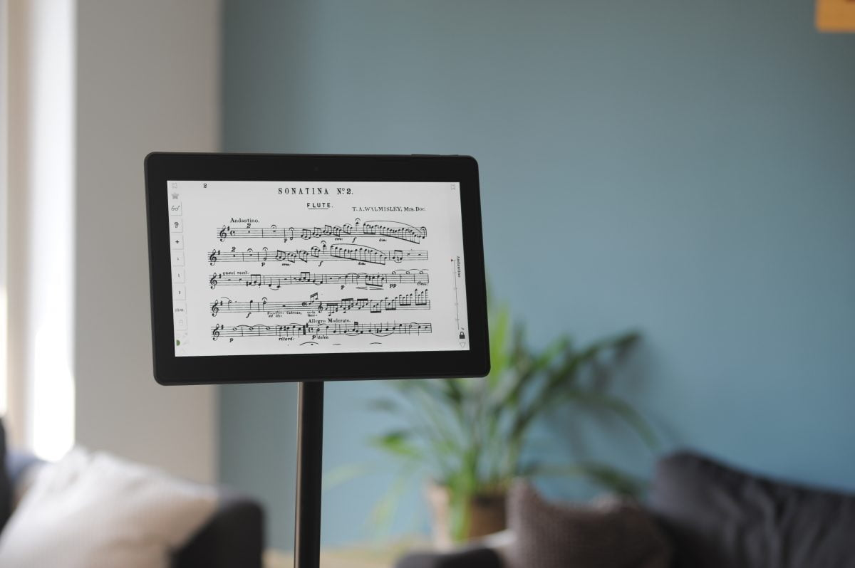 Solo-tablet-on-Scora-stand-Horizontal